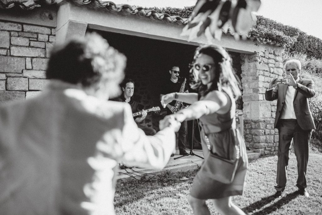 Les invités dansent pendant le vin d'honneur