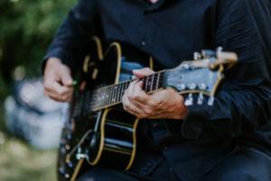 Musicien du groupe jazz cocktail, le guitariste pour animer votre mariage, une soirée d'entreprise. Le guitariste interprète un répertoire Jazz Bossa Nova.