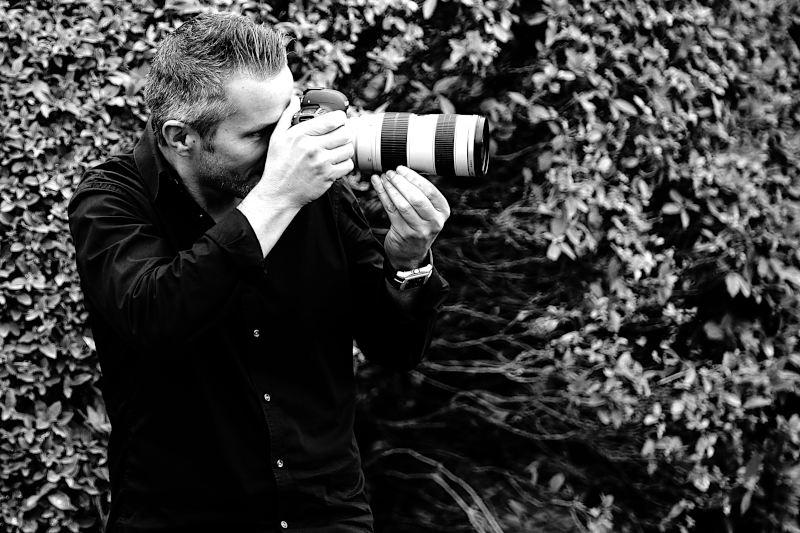 Le Photographe lors d'un shooting de mariage dans les alpilles au Mas de la Rose (Orgon)