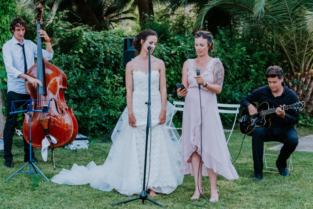 Le groupe de musique et les musiciens accompagnent la mariée lors d'une cérémonie Laïque de Mariage dans la Drome