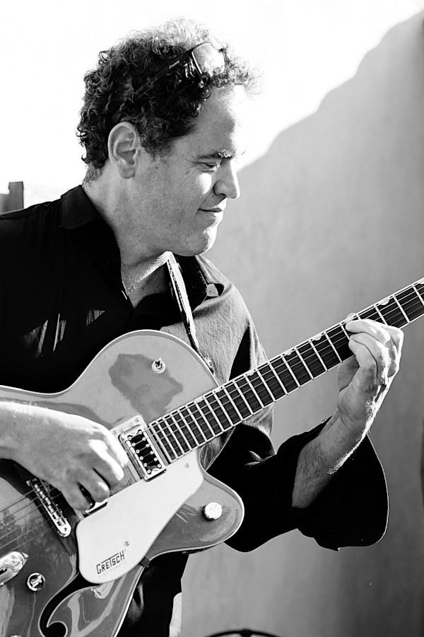 Le guitariste du groupe Joue pendant le Vin D'honneur dans la Drome (Valence)