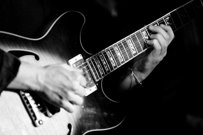 La guitare Jazz Gibson Es 175 jouée par le guitariste du groupe de musique lors d'un vin d'honneur de mariage à Marseille (Bouches du Rhône)