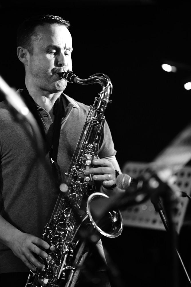 Le Saxophoniste du groupe Jazz Cocktail lors d'une animation en établissement EHPAD Bouches du Rhone