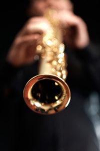 Gros plan sur le saxophone lors d'un vin d'honneur à Montpellier. Groupe Musique Mariage Herault Montpellier.