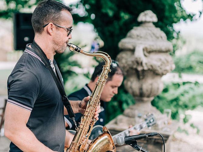 Le groupe de musiquelors d'un mariage à Avignon dans le Vaucluse. Le duo Guitariste et Saxophoniste