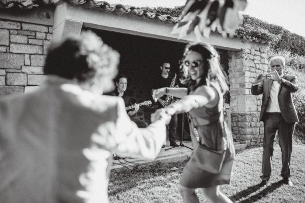 Le groupe de musique en duo fait danser les invités lors d'un vin d'honneur de mariage à Avignon - Saxophoniste et guitariste