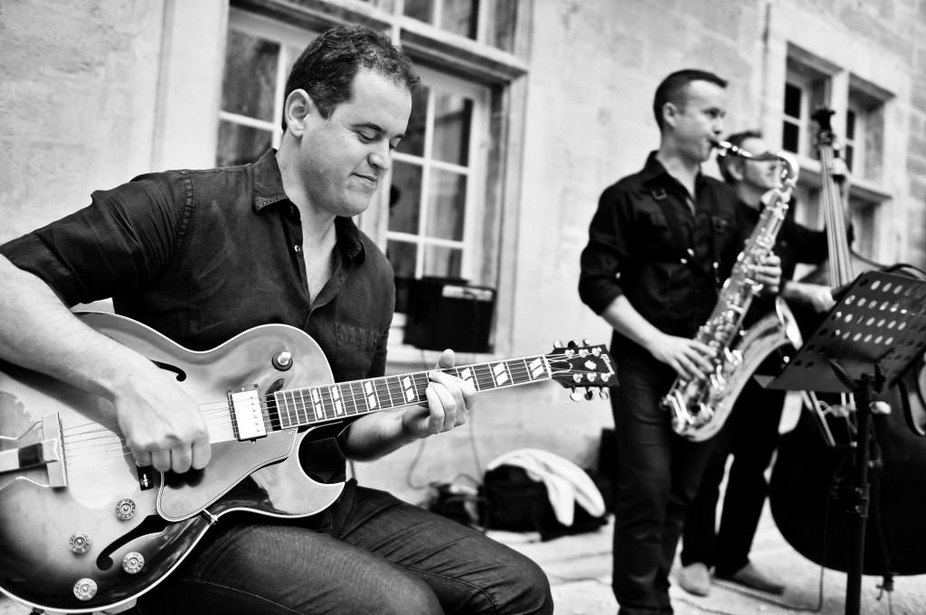 Le groupe de musique avec des musiciens professionnels motivés pour animer vos événements dans le Sud est de la France. LE Groupe se produit ici en Trio pour animer un Cocktail/ Vin D'honneur de Mariage à Marseille.