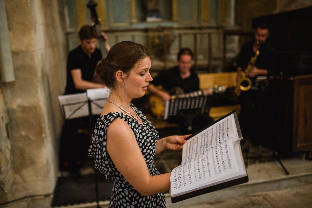 Les musiciens accompagnent une chanteuse Lyrique Lors d'une cérémonie de mariage à Arles