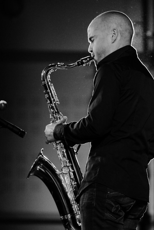 Le Saxophoniste du groupe de musique lors d'une soirée privée à Cannes.